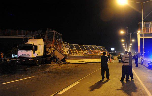 La parte superior del camión chocó contra el puente