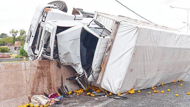 Impactante. El camión quedó tumbado sobre el carril contrario al que se desplazaba.