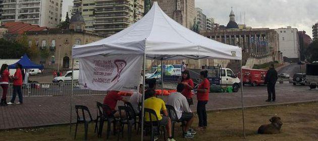 Alrededor de un centenar de rosarinos se acercó esta mañana a la carpa donde se realizaron tests rápidos de sida. (Foto: Facebook AHF)