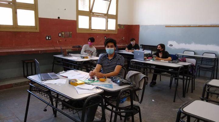 Gastón, Lautaro, Valeria y Agustín, en la previa a las pruebas en el Politécnico.