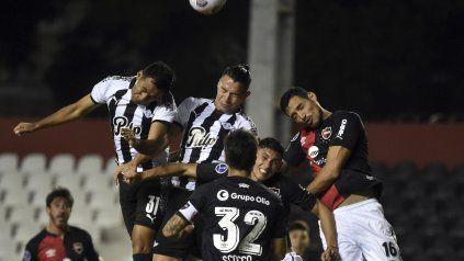 Newells mostró una floja imagen, perdió con Libertad y prácticamente hipotecó sus chances de avanzar en la Copa