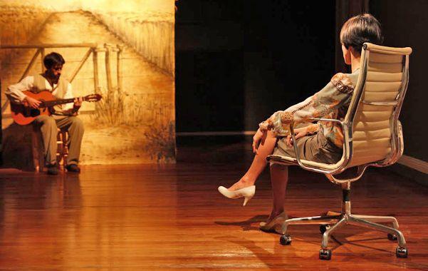 En escena. Los protagonistas Soledad Verdún y Juan Manuel Verdún mixturan actuación y música.