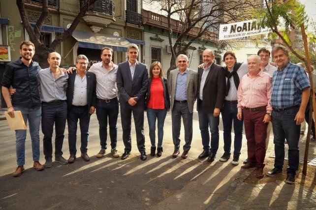 Preocupación. Perotti junto a dirigentes de Santa Fe Emergente.