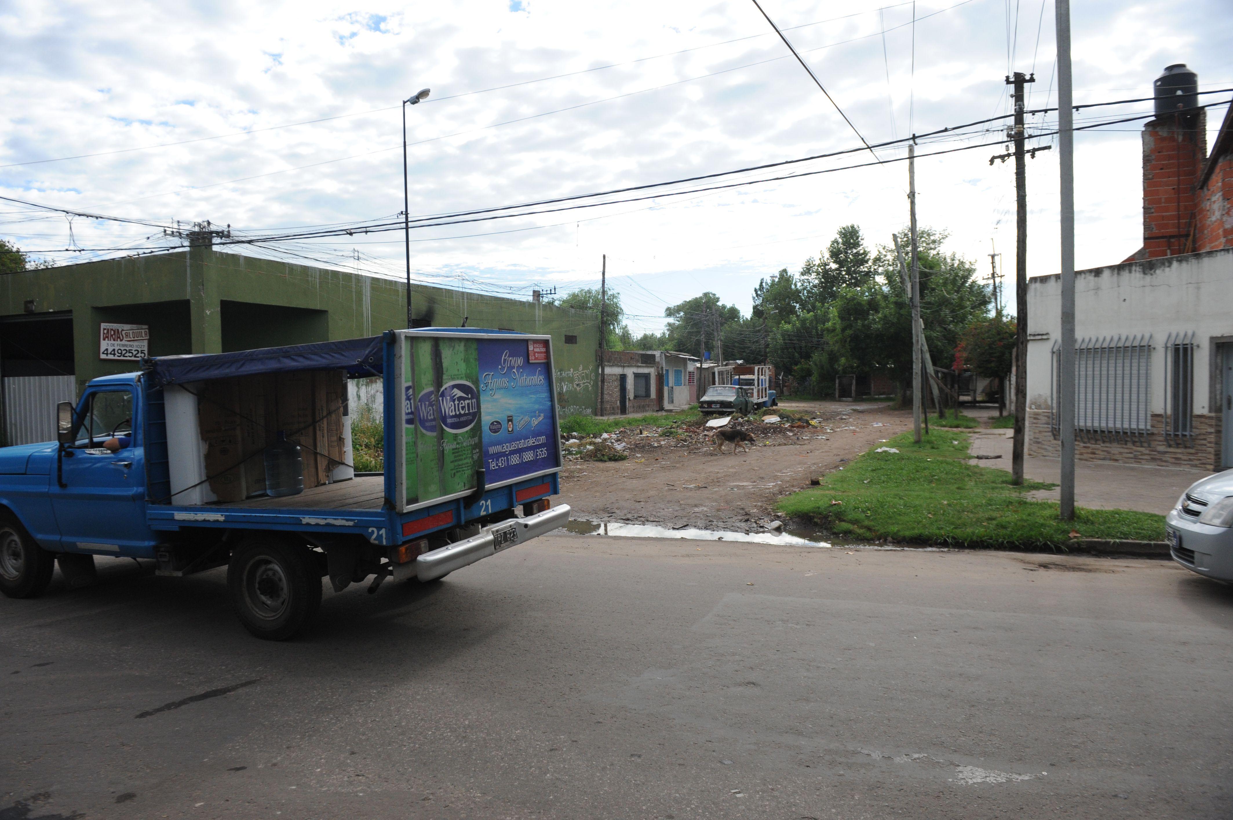 Los móviles policiales y las ambulancias sólo llegan hasta Felipe Moré y Rueda. Allí recogieron a Barquilla. (S.Meccia)