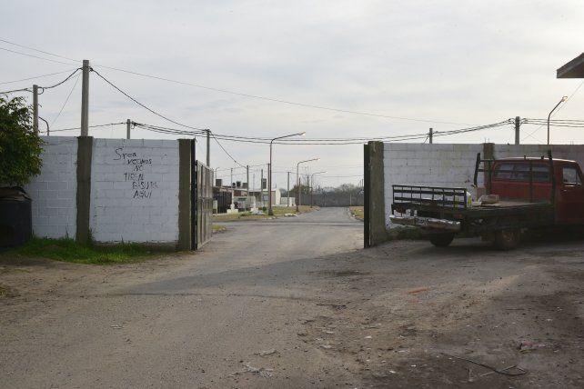 La imagen del muro perimetral de la urbanización de la UPCN.