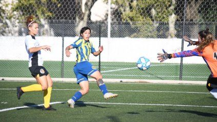 Erica Lonigro convierte a los 25 el 2-0 para Central, el primero de la tripleta que le marcó a Comunicaciones.
