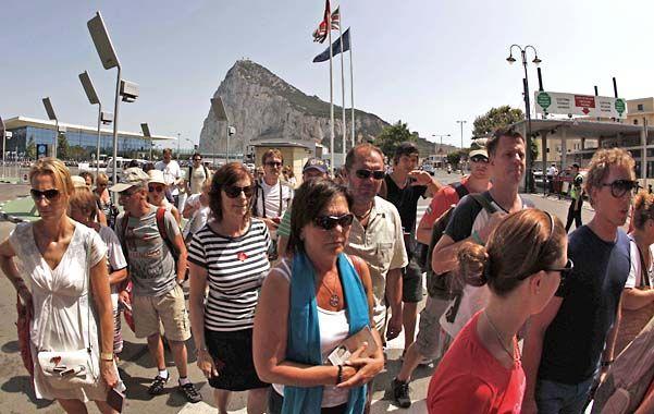 Resignación. Turistas y trabajadores españoles aguardan largas horas en la frontera para poder salir de Gibraltar.