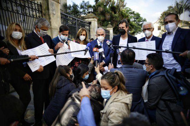 Los dirigentes opositores de la Coalición de la Esperanza hablan con la prensa antes de ingresar al Palacio de Nariño a entrevistarse con el presidente Duque.