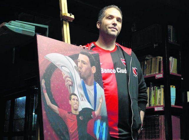 Un orgullo. Shatski exhibe una de sus mejores obras: el retrato de su ídolo Maxi Rodríguez.