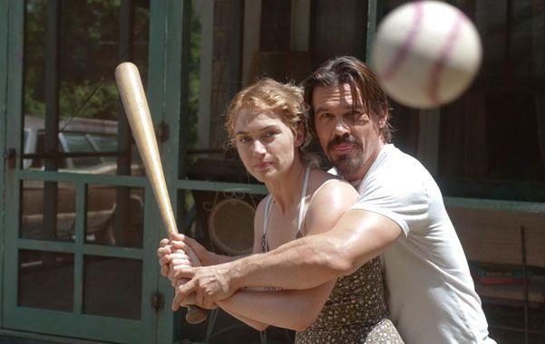 La revancha.  Adele (Kate Winslet) y Frank (Brolin)