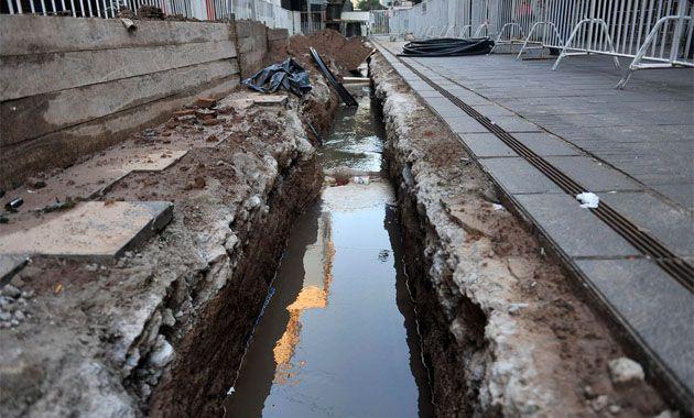 La rotura de un caño de agua inundó una obra de la EPE y dejó sin luz a una cuadra de la peatonal. (Foto: V. Benedetto)