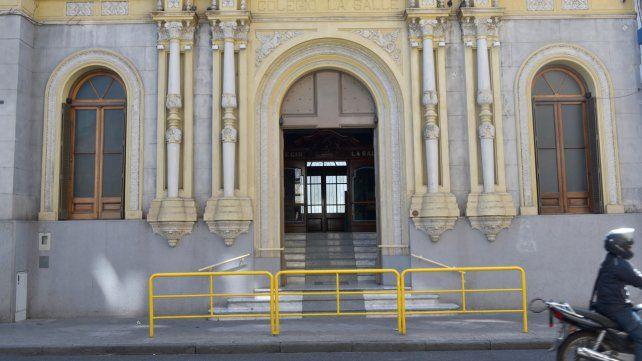 Bajo la lupa. En la institución de Mendoza y Alem ya desplazaron al catequista y hoy se instalarán allí supervisores del Ministerio de Educación.