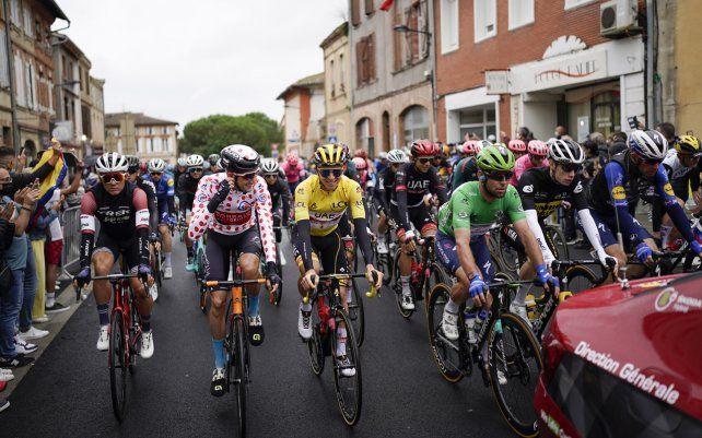 Un pelotón de ciclistas siguen al coche del director de carrera durante la neutral. Inicio de la decimoséptima etapa de la carrera ciclista del Tour de Francia.