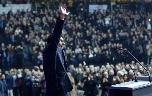 El electo presidente Alexis Tsipras festeja el triunfo ante una multitud.