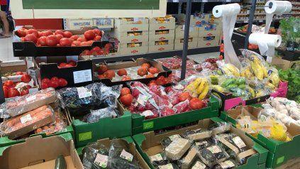 La prohibición de envolver frutas , verduras y hortalizas con plásticos será para comercios y supermercados de Rosario.