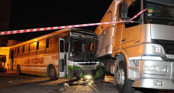 Violenta colisión entre un colectivo interurbano y un camión causó 16 heridos