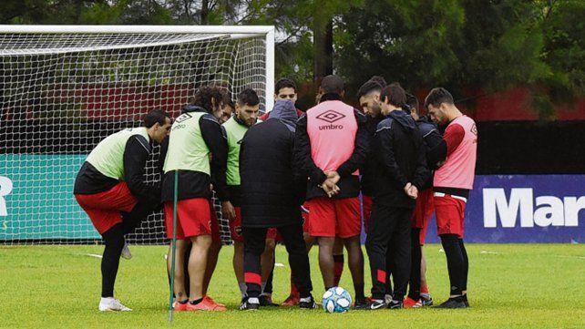 En detalles. Los jugadores rodean al DT durante un entrenamiento en Bella Vista.