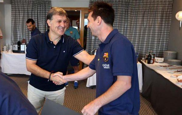 Martino saluda a Messi