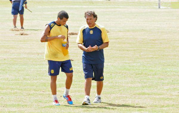El DT conversa con un jugador en la práctica en Arroyo Seco.