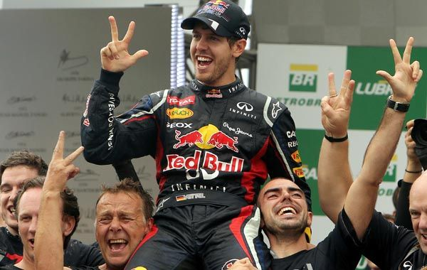 Dos dedos más. Vettel suele festejar con el dedo índice extendido pero ahora le agregó otros dos. Sí