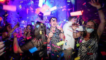 Coronavirus: Reino Unido celebra el Día de la libertad con fiestas y clubes nocturnos a pleno