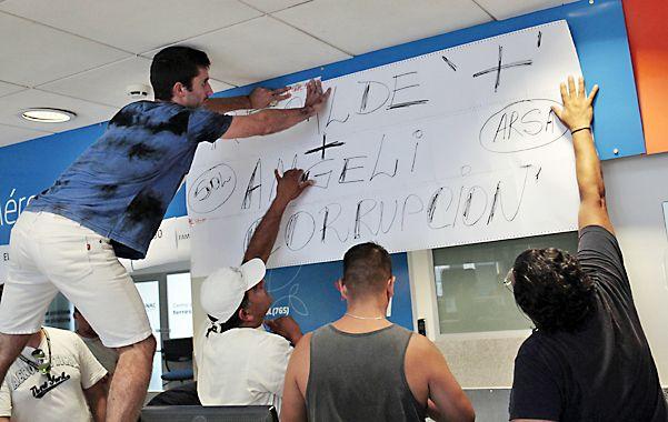 Aeropuerto Rosario. Los empleados de Sol reclaman con carteles una solución a esta complicada situación.
