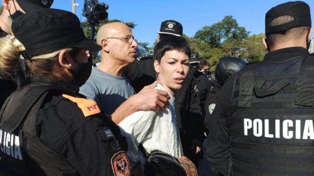 La Policía intervino para disuadir a manifestantes anticuarentena en el Monumento a la Bandera.