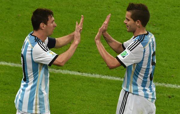 Choque los cinco. Messi choca las manos con Fernando Gago tras marcar su tanto