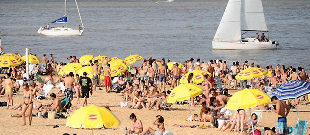 Los amantes del río esta vez se adelantaron al verano. Hubo colas en ambos ingresos al balneario. (Foto: Enrique Rodríguez Moreno)