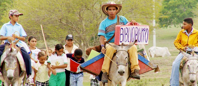 Soriano (derecha) en uno de sus viajes por los valles del Caribe colombiano a lomo de su burro Beto.