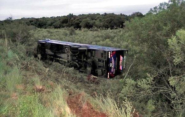 Volcado. El transporte salió del carril y quedó tumbado en una depresión al costado de la ruta.
