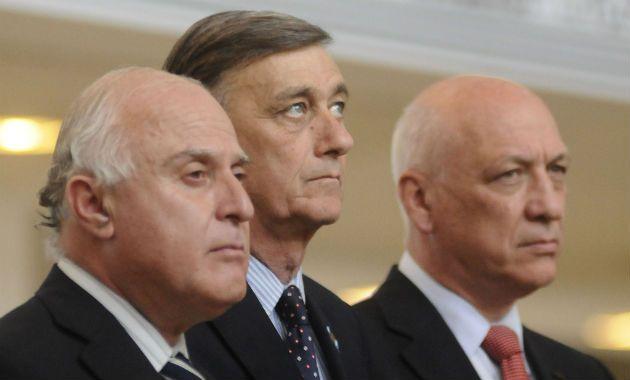 El senador provincial (izquierda)