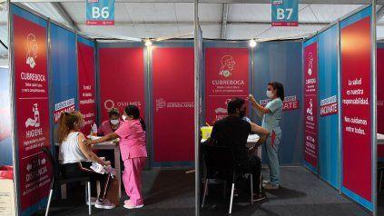 La campaña de vacunación descendió la tasa de contagios. (Foto: Télam)