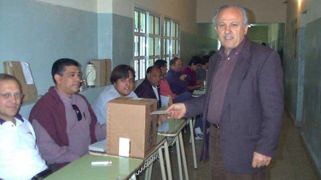 Piccinini participa del acto eleccionario en una escuela de Villa Constitución en 2001.