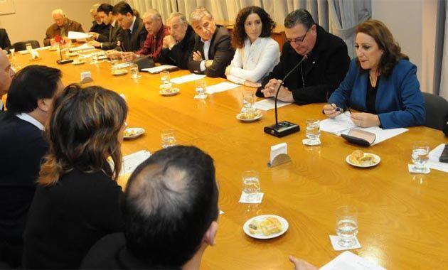 La intendenta encabezó hoy una reunión multisectorial para presentar los compromisos que llevará al Vaticano.