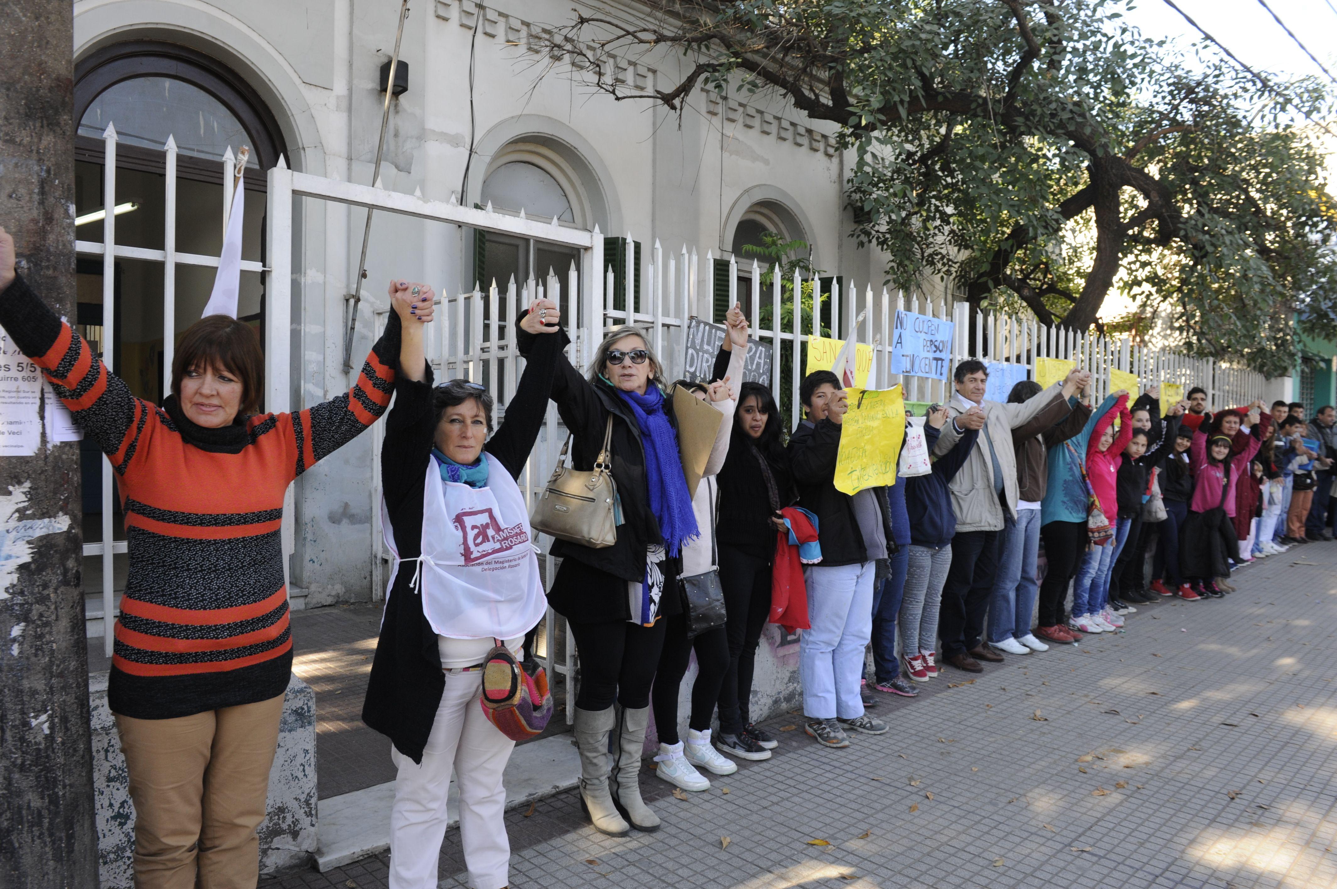 El abrazo solidario de la comunidad escolar será en apoyo a la directora desplazada de la secundaria de Ayacucho al 5500.
