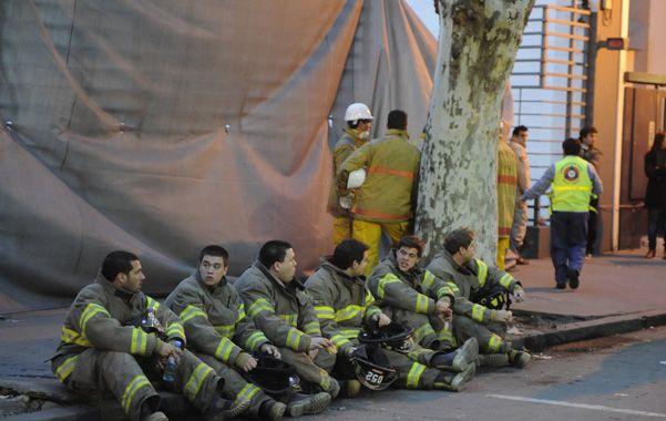 Agotados. La foto de los bomberos conmocionó a los roldanenses en las redes.