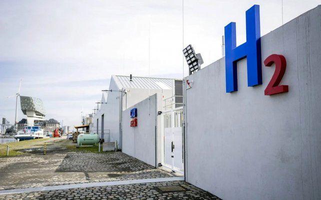 Estación de carga de energía de hidrógeno multimodal CMB.TECH en Amberes.. Es la primera estación de servicio multimodal del mundo que puede suministrar hidrógeno a barcos