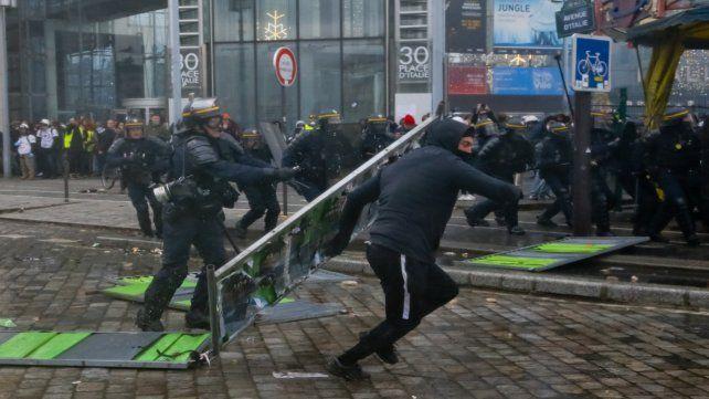 Violentos. Los manifestantes rompen mobiliario público en París.