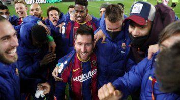Como por arte de magia. Los jugadores de Barcelona festejaban cuando de golpe, en el medio de todos los jugadores, apareció Messi.
