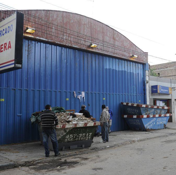 Decenas de personas se llevaron mercadería de Ayacucho al 6300 y barretearon la entrada de un local de Garay 70