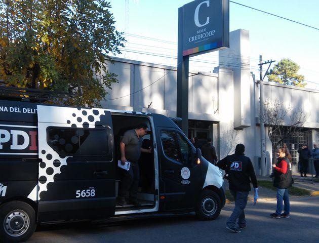Efectivos de la Policía de Investigaciones comienzan a tomar las primeras medidas tras el asalto en el Credicoop. (Foto: Sebastián S. Meccia)