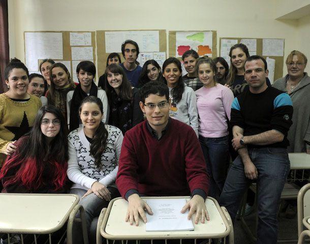 Santiago con sus compañeros del profesorado de francés del Instituto Olga Cossettini. (Foto: V. Benedetto)
