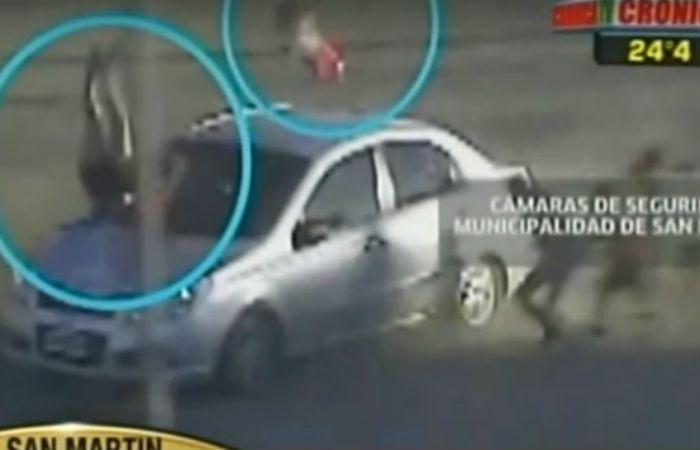 Impresionante. Las dos víctimas vuelan por el aire tras ser embestidas.