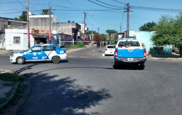 Dos móviles de la policía provincial en la zona donde cayó muerto Jonathan al ser alcanzado por tres balazos.