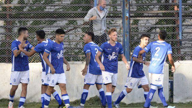 Alegría del salaíto. Ante Liniers, Heiz marcó el segundo tanto de cabeza y todos sus compañeros se asociaron  al  festejo del goleador.