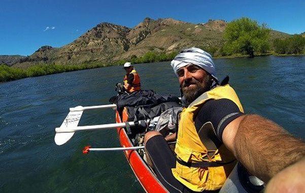 Selfie. Gustavo Iñigo se retrata en la canoa con su novia Mónika Fellner durante la navegación del Limay.