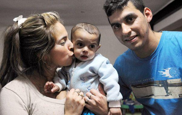 Retrato de familia. El pequeño Samuel junto a sus felices padres