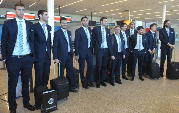 El plantel argentino aguarda para subir al avión rumbo a Europa. Mañana debutará en el Cuatro Naciones de Belgrado.