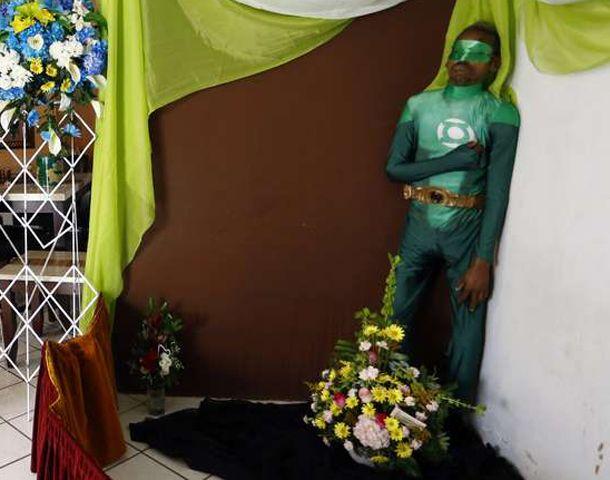 El cadáver fue expuesto en una esquina de la sala de su casa